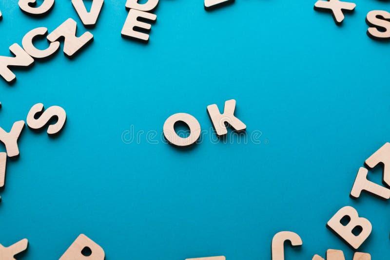 О'КЕЙ слова на голубой предпосылке стоковая фотография rf