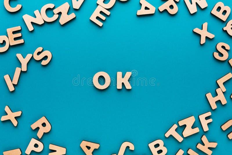 О'КЕЙ слова на голубой предпосылке стоковые изображения
