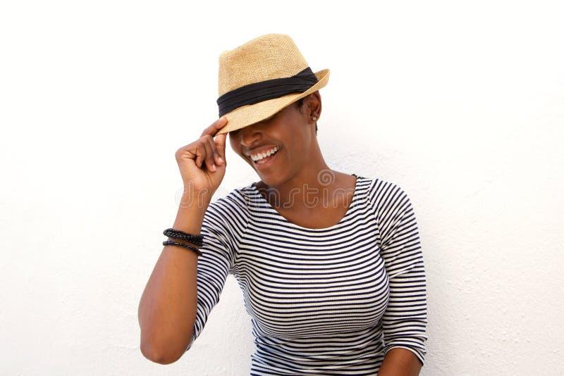 Одна Афро-американская женщина усмехаясь с шляпой стоковые изображения rf