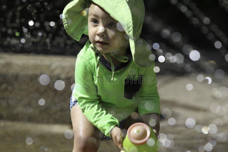Одна девушка года на парке выплеска стоковая фотография rf