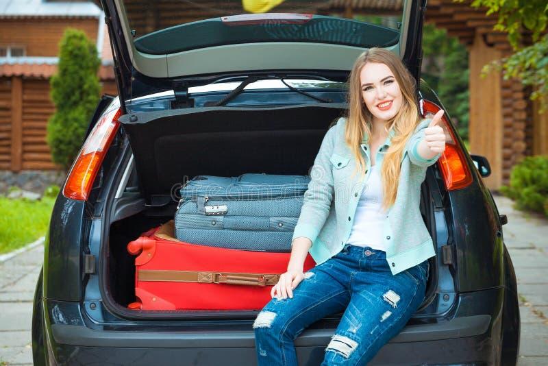 Одна девушка представляя в автомобиле стоковое фото