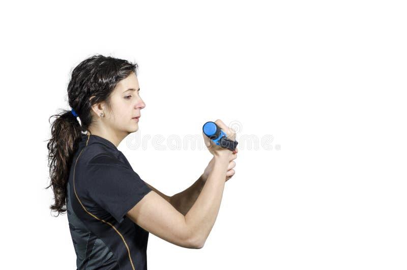 Одна женщина брюнет работая тренировку веса разминки фитнеса стоковое изображение