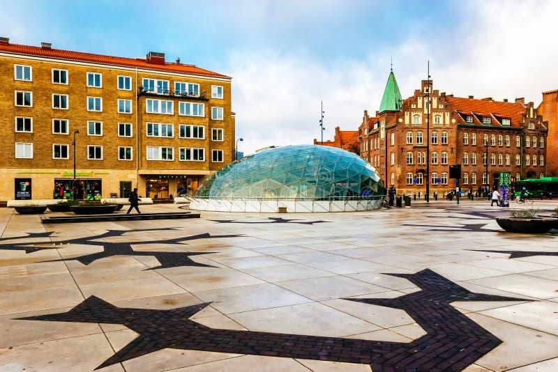 Одна из городских площадей с стеклянным входом к станции метро в Malmo, Швеция стоковое фото rf
