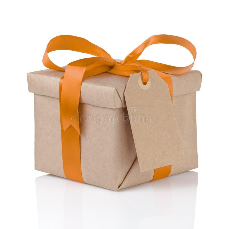 Одна коробка рождества подарка обернутая с бумагой и оранжевым смычком стоковая фотография rf