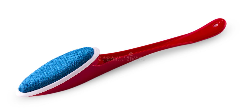 Одна красная пластичная щетка для очищая одежд стоковое фото