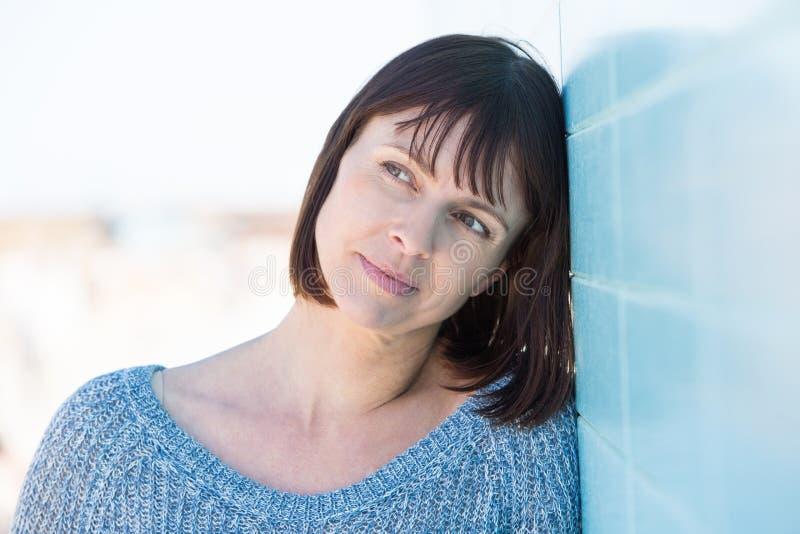 Одна привлекательной женщина постаретая серединой стоковое изображение