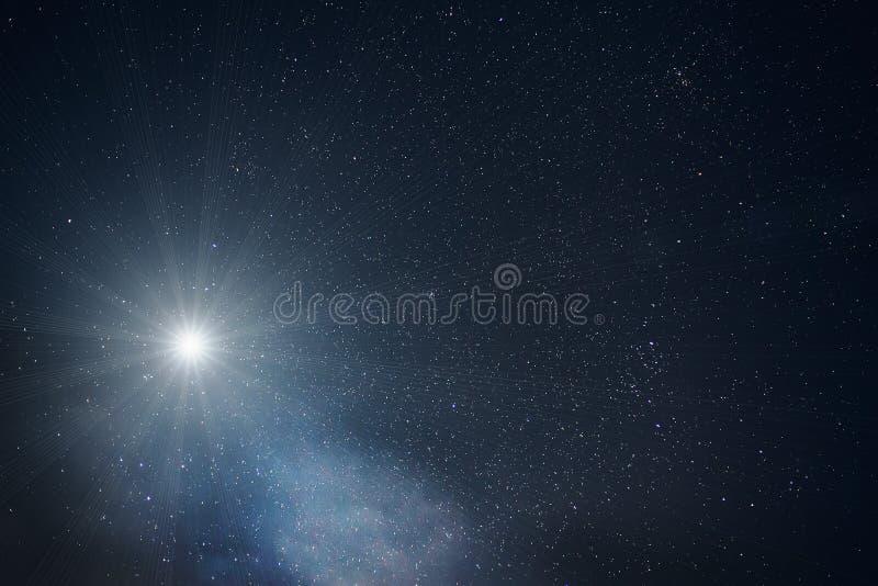 Одна яркая большая звезда в ночном небе с сериями звезд стоковое изображение