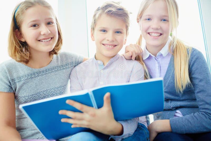одноклассники счастливые стоковое изображение
