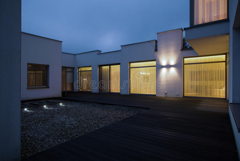 Односемейный дом на ноче стоковое фото rf