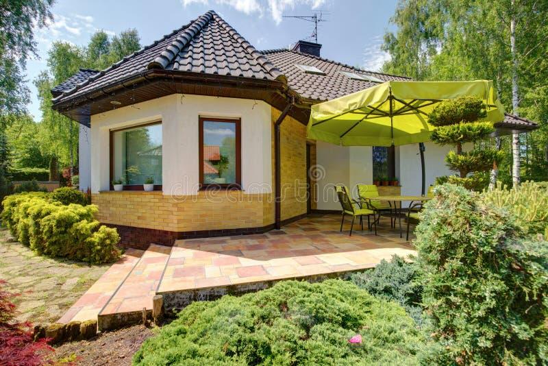 Односемейный дом с террасой стоковые изображения