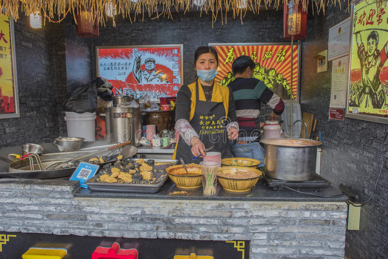 Одно в украшении в клерк женщины магазина закуски стиля культурной революции стоковые фото