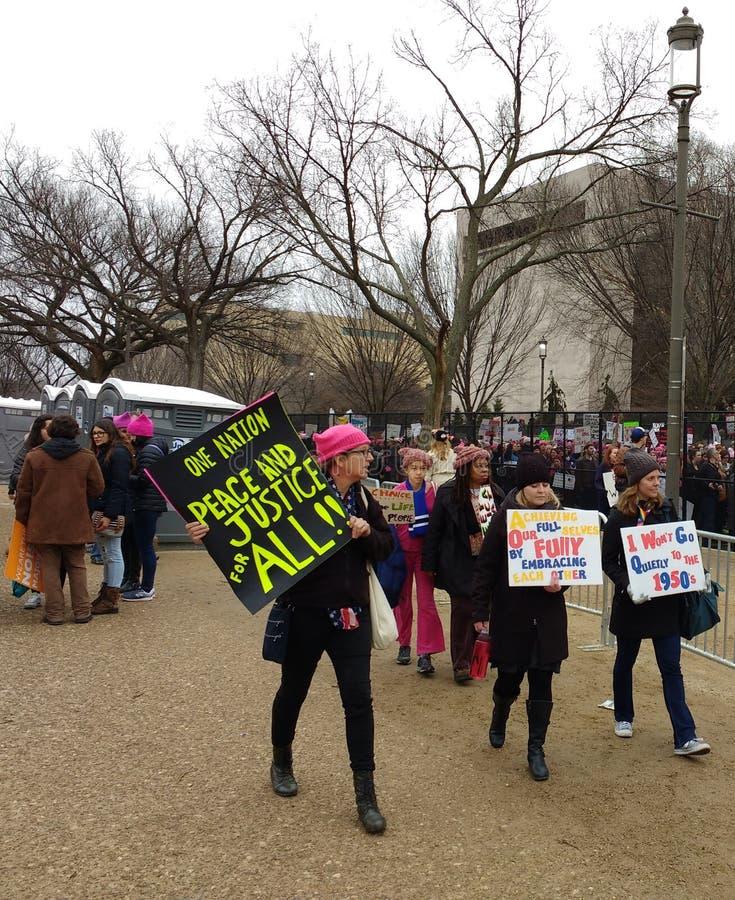 Одно нация, мир и правосудие для ` s марта всех, женщин, знаков и плакатов, Вашингтона, DC, США стоковая фотография rf