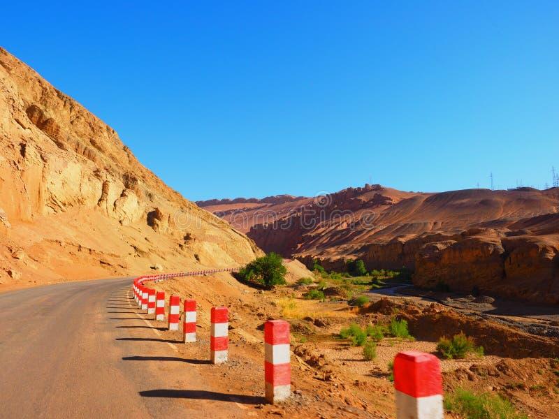 Одно дорога для того чтобы пылать гора, Turpan, Uygur Zizhiqu, Синьцзян, Китай стоковая фотография rf