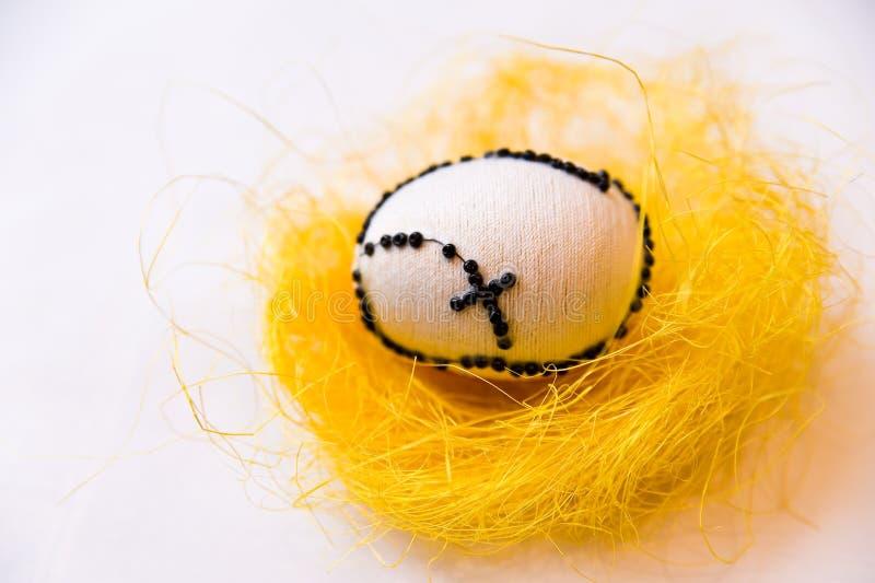 Одно пасхальное яйцо кладя на сено стоковое фото