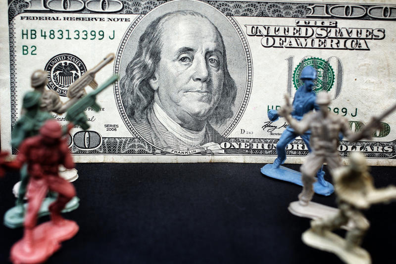 Оловянный солдатик стоя с долларом стоковое изображение rf