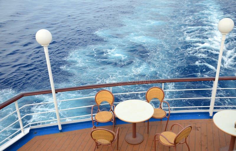 ?n die Plattform eines Kreuzschiffs im Mittelmeer lizenzfreie stockfotografie