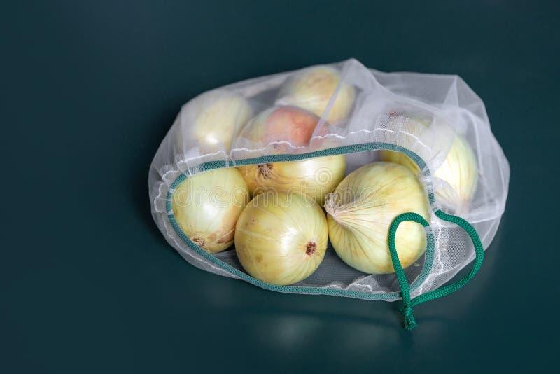 Оnion в дружественной к эко упаковке Многоразовые сумки для овощей и плодов Покупки в магазине, в розницу дружественная к Эко упа стоковые фотографии rf