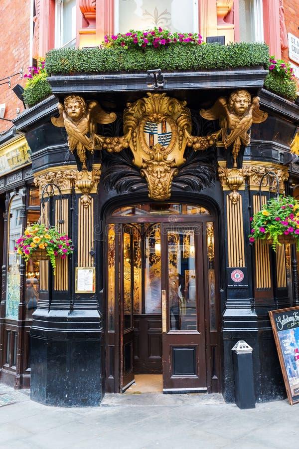 Паб Солсбери в Лондоне, Великобритании стоковая фотография rf