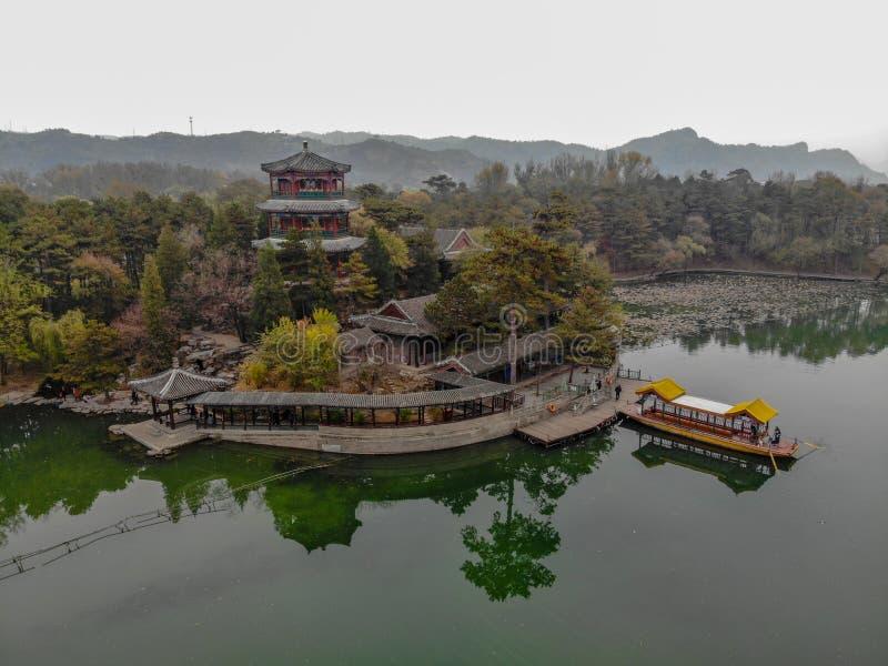 Павильоны вида с воздуха маленькие следующие озеро внутри имперского летнего дворца стоковые фотографии rf