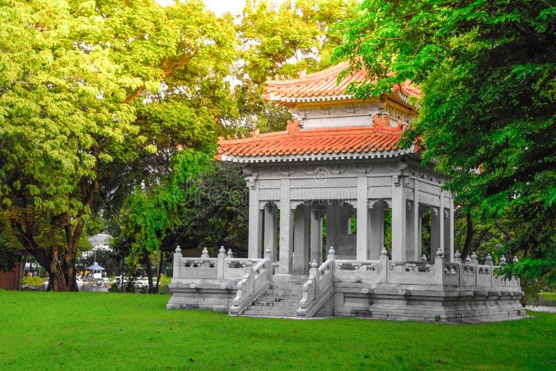 Павильон китайского стиля в парке для широкой публики, который нужно сидеть и ослабить на общественном парке Lumpini, Бангкоке, Т стоковое изображение
