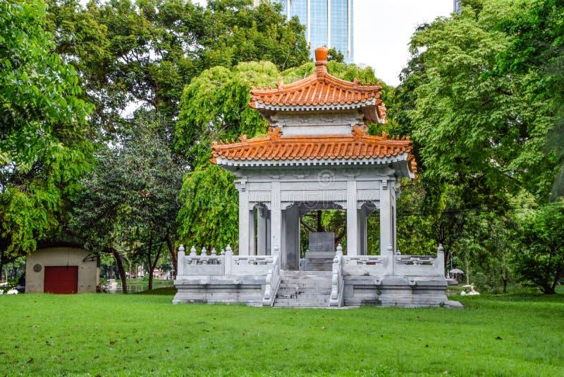 Павильон китайского стиля в парке для широкой публики, который нужно сидеть и ослабить на общественном парке Lumpini, Бангкоке, Т стоковое фото