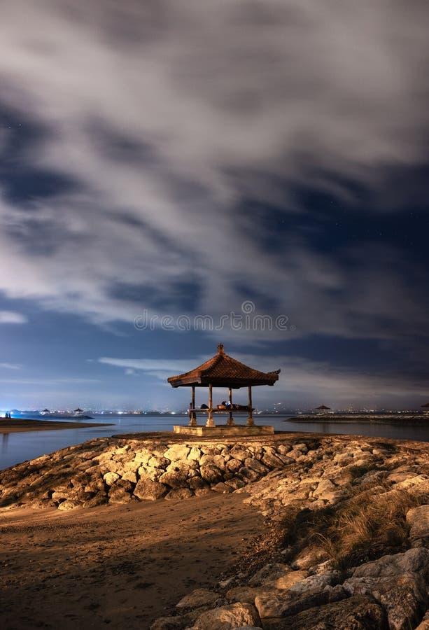 Павильон на моле утеса с пасмурным в пляже sanur стоковые изображения rf