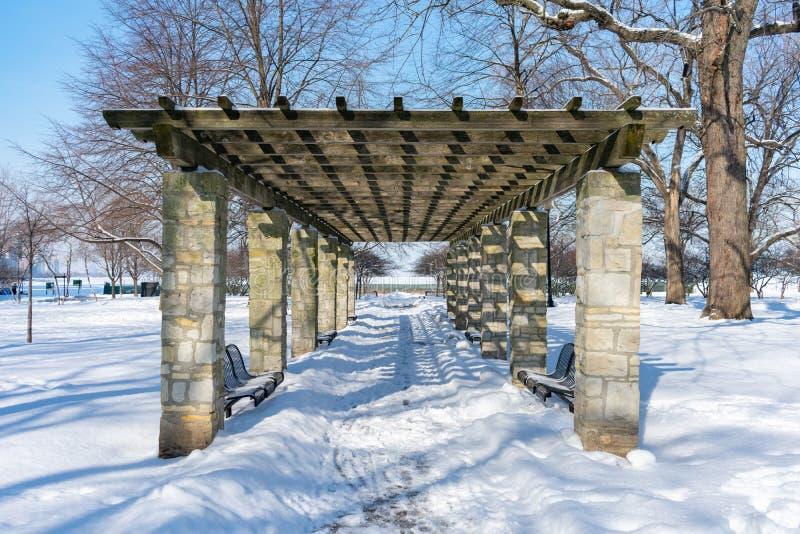 Павильон на парке Джейн Addams мемориальном в Чикаго предусматривал в снеге во время зимы стоковые фото