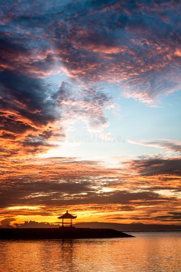 Павильон предусматривать и раздумья в середине океана во время захода солнца/восхода солнца Концепция рассвета новых дня или эры стоковая фотография rf