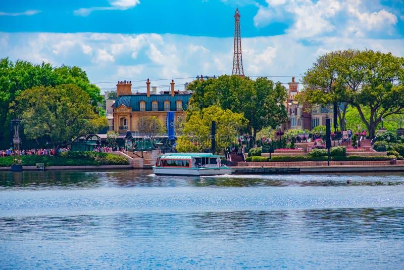 Павильон Франции и голубое озеро на lightblue предпосылке облачного неба на Epcot в мире 1 Уолт Дисней стоковое фото