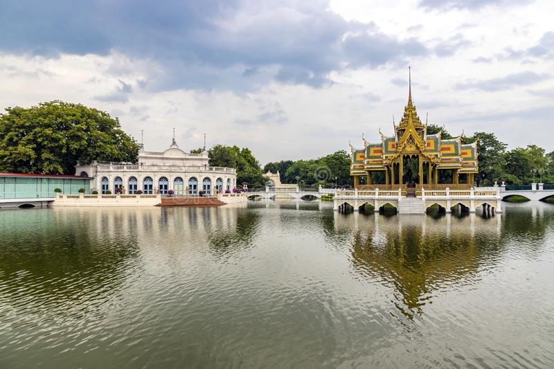 Павильон Aisawan-Dhipaya Asana в пруде на дворце боли челки, провинции Ayutthaya, Таиланде Тайская королевская резиденция стоковое фото