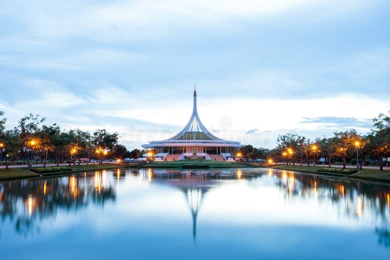 Павильон Ratchamangkhala на имени Suan Luang Rama IX общественного парка на заходе солнца или времени Бангкоке выравниваться, Таи стоковые фотографии rf