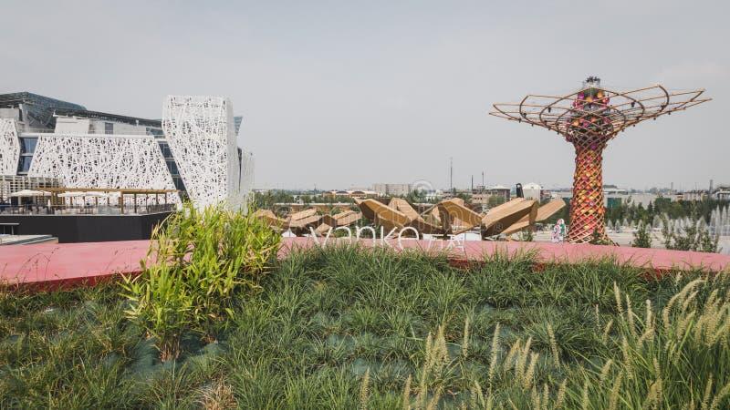 Павильон Италии и дерево жизни увиденные от павильона Vanke на экспо стоковая фотография rf