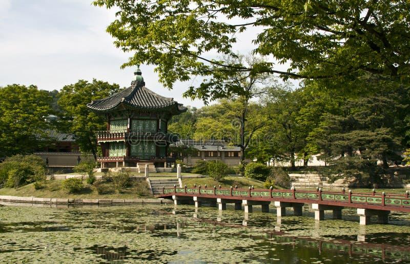 Павильон Hyangwonjeong на дворце Gyeongbokgung в Сеуле, южном стоковые фотографии rf