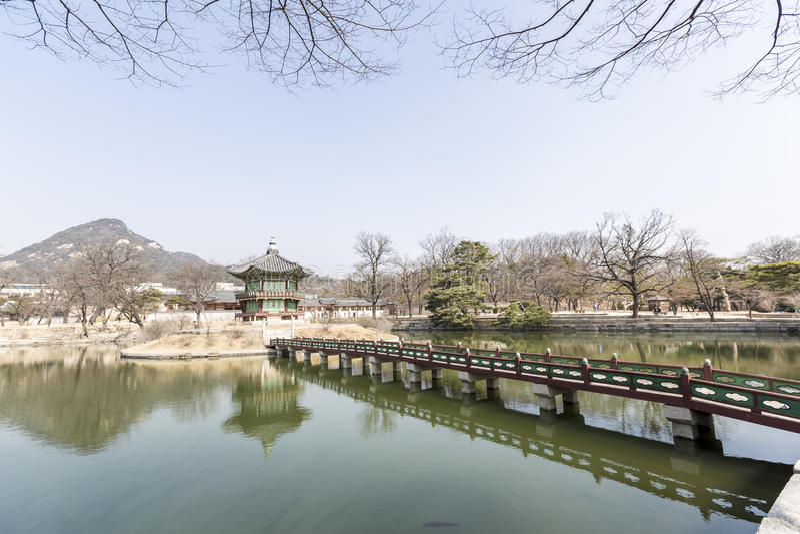Павильон Hyangwonjeong стоковые изображения rf