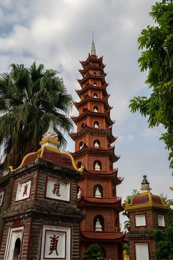 Пагода Tran Quoc, известное место в Ханое, Вьетнаме Этот висок расположен на западном озере и привлекает много туристов стоковое изображение