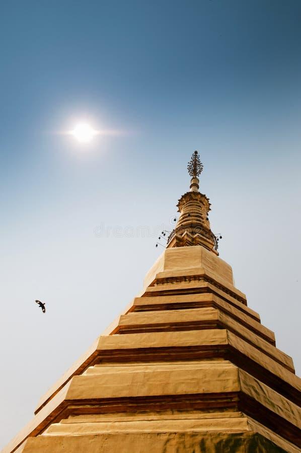 Пагода Wat Phra Gloden которая Cho Hae против неба, Phrae, Таиланда стоковая фотография rf