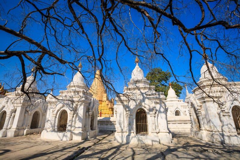 Пагода Мандалай Kuthodaw, Мьянма стоковые изображения rf