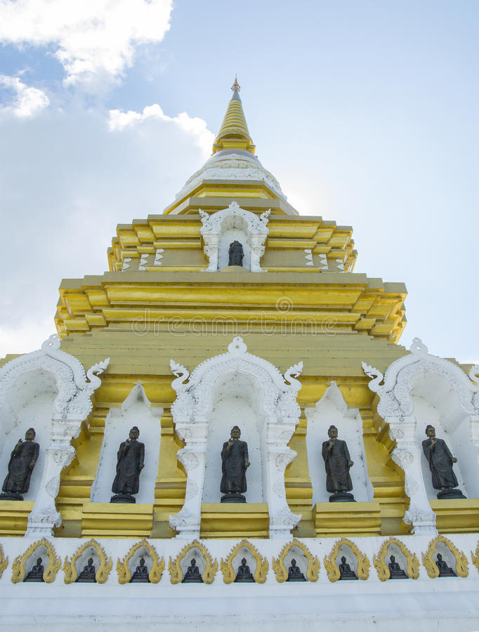 Пагода с статуей Будды в Chiangrai, северная Таиланда стоковая фотография