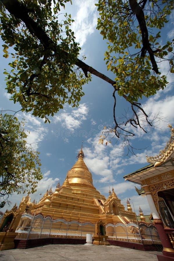 Пагода Maha Lokamarazein Kuthodaw в Мьянме стоковые изображения rf