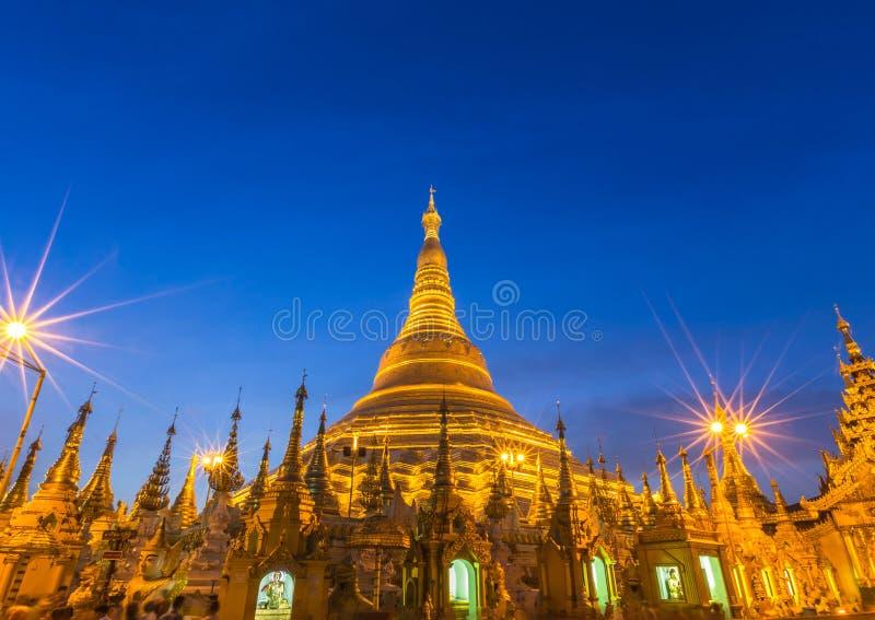 Пагода Shwedagon большая золотая в вечере стоковые фотографии rf
