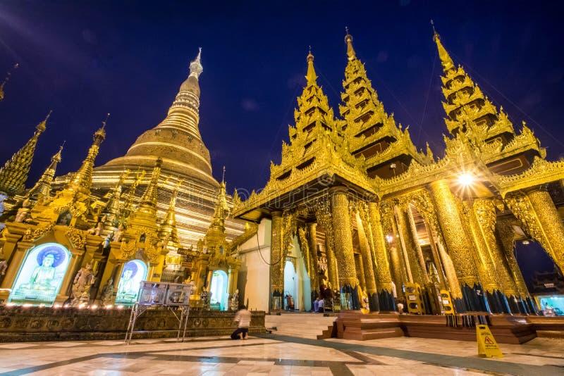 Пагода Shwedagon на сумраке (Янгоне, Мьянме) стоковое изображение rf