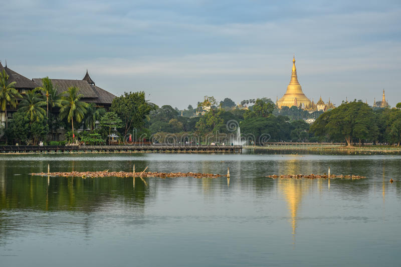 Пагода Shwedagon от озера kandawgyi, Янгона, Мьянмы стоковые фото