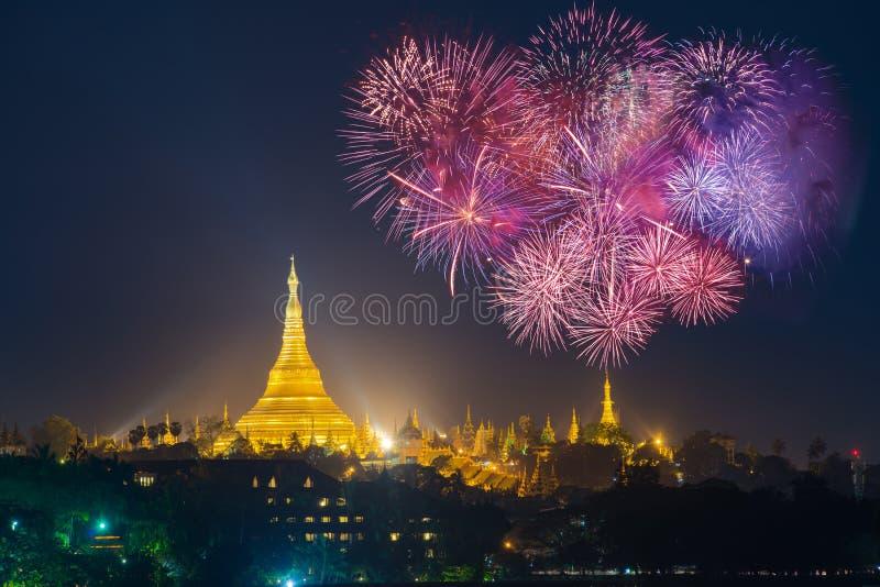 Пагода Shwedagon с с Новым годом 20 торжества фейерверков стоковое изображение