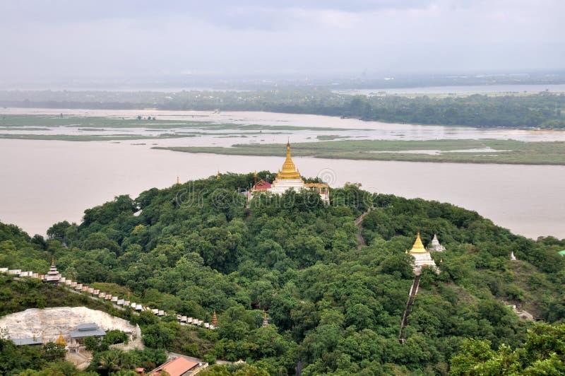 Пагоды которые ставят точки Sagaing стоковые изображения rf