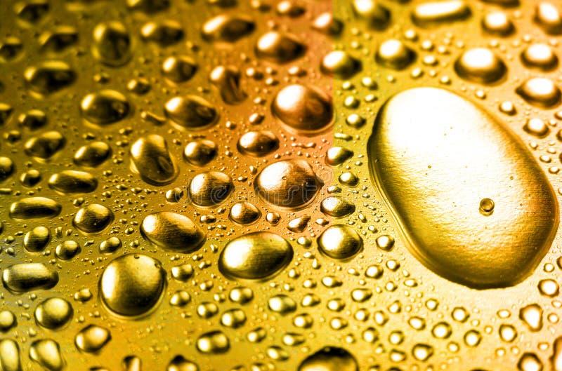 падает вода золота малюсенькая стоковая фотография