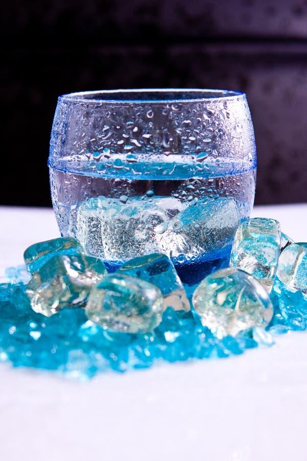 падает вода льда стоковые фото