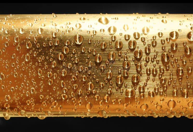 падает золотистая вода металла стоковое фото