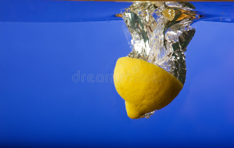 падая вода лимона стоковые фотографии rf