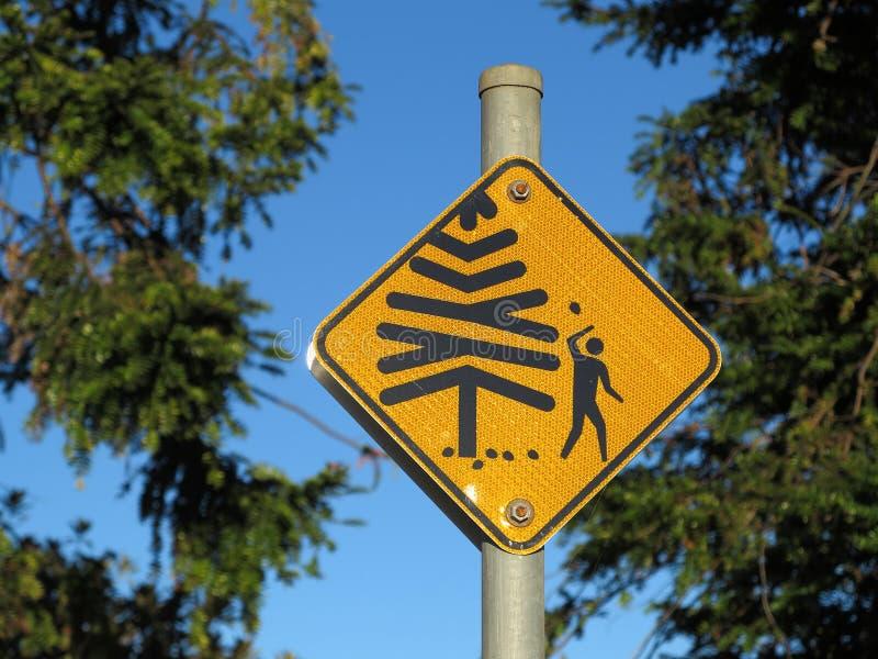 Падая конусы от предупредительного знака вала стоковое изображение rf