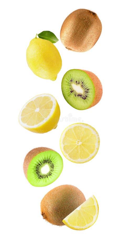 Падая лимон и киви изолированные на белой предпосылке стоковое изображение rf
